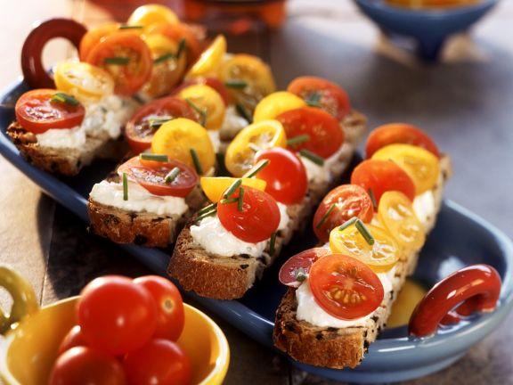 Tomaten mit Frischkäse auf Brot