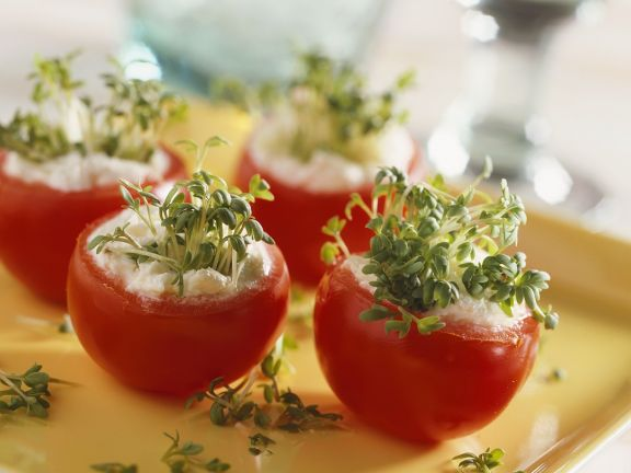 Tomaten mit Frischkäse und Gartenkresse gefüllt