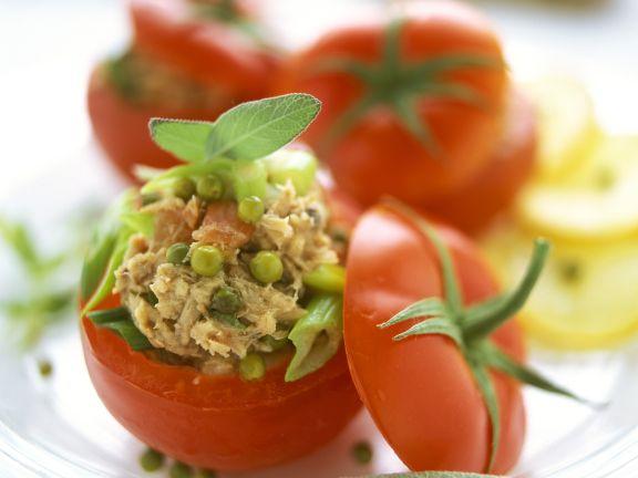 Tomaten mit Füllung aus Thunfisch und grünem Pfeffer