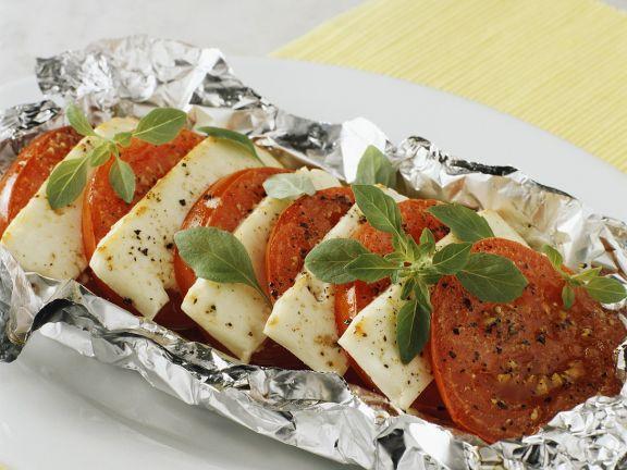 Tomaten mit Käse in Folie gegrillt