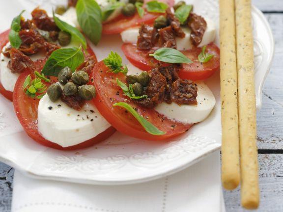 Tomaten mit Mozzarella, Kapern und Basilikum