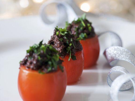 Tomaten mit Olivenpaste gefüllt