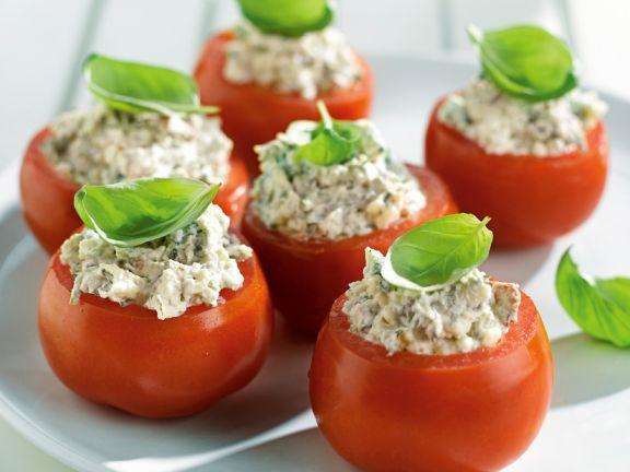 Tomaten mit Ricotta und Bacon gefüllt
