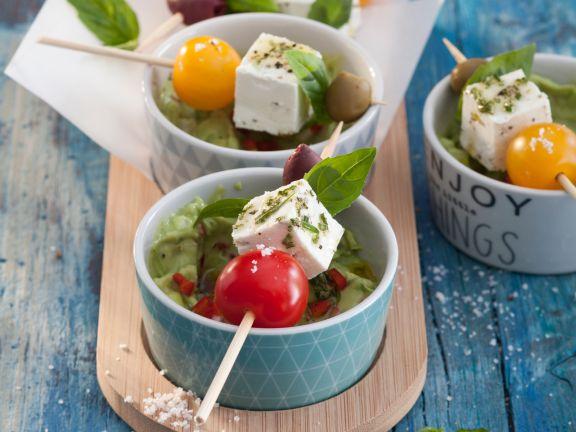 Tomaten-Oliven-Spießchen mit Avocado-Dip