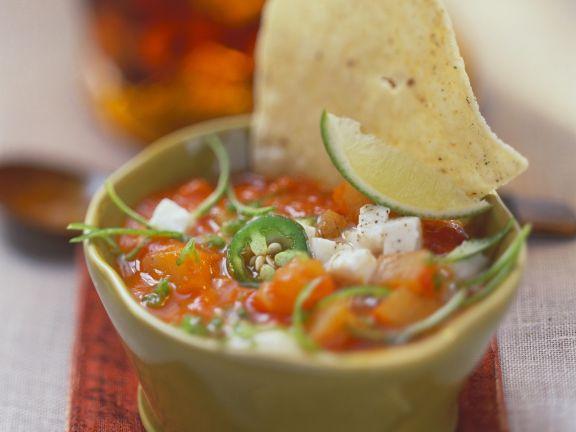Tomaten-Peperoni-Suppe mit Käsewürfeln