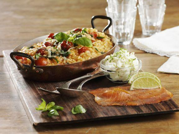 Tomaten-Risotto mit Basilikum und geräuchertem Lachs