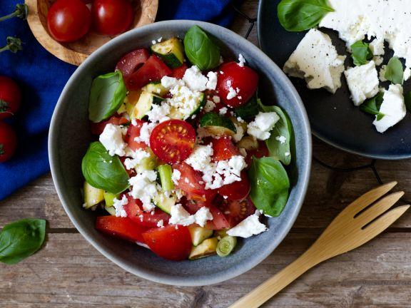 Tomaten-Zucchini-Salat mit Feta