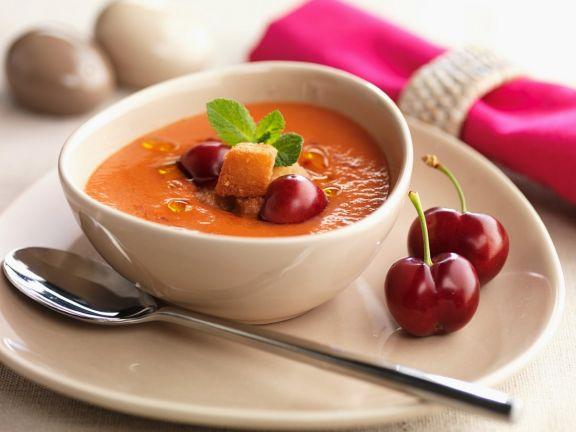 Tomatenkaltschale mit Kirschen