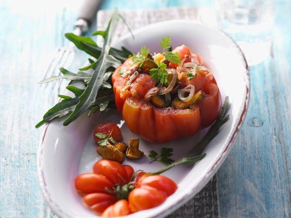 Tomatensalat in einer Fleischtomate