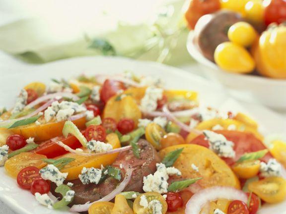 Tomatensalat mit Schimmelkäse und Zwiebeln