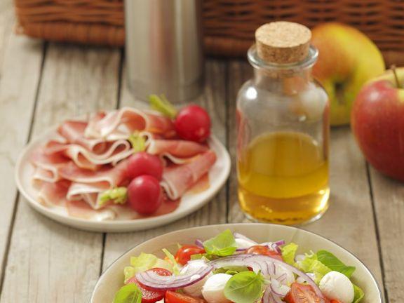 Tomatensalat mit Schinken und Mozzarella