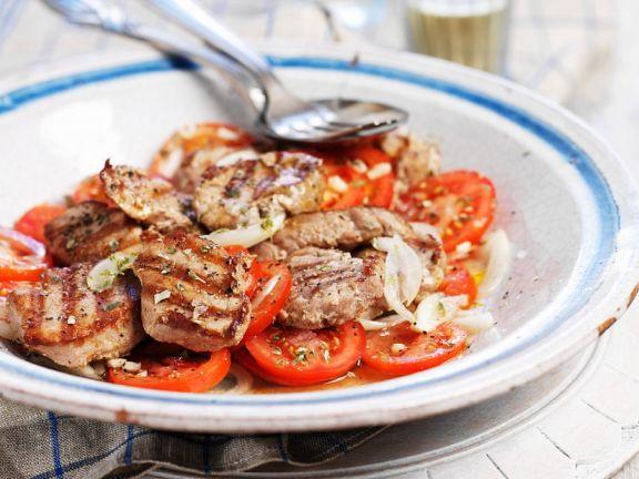 Tomatensalat mit Schweinefleisch vom Grill