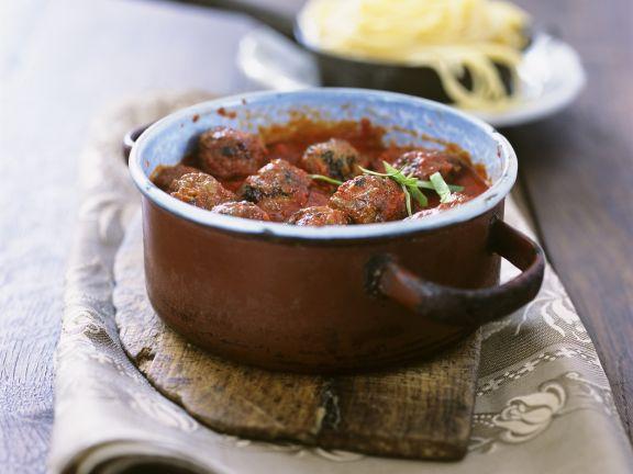 Tomatensoße mit Fleischbällchen zu Nudeln