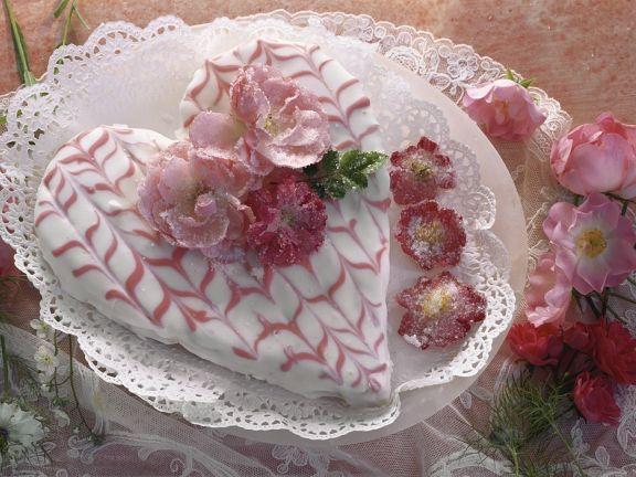 Torte in Herzform mit Rosendeko