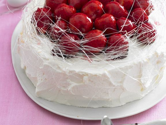 Torte mit Erdbeeren und Zuckerfäden