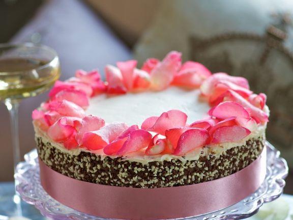 Torte mit Rosenblüten zur Hochzeit