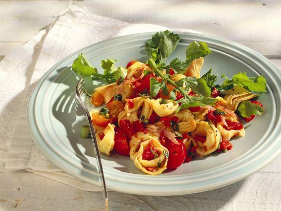 Tortellini-Artischockensalat mit Tomatensauce
