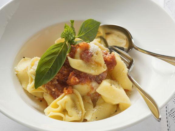 Tortellini mit Tomatensugo und Parmesan