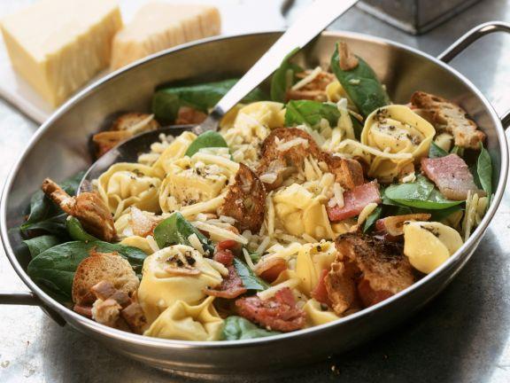 Tortellinipfanne mit Röstbrot, Käse und Spinat