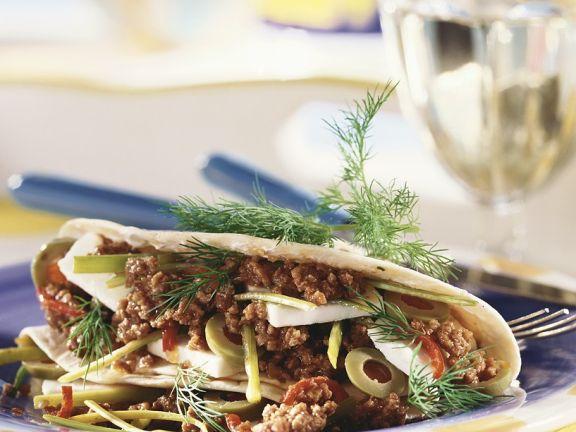 Tortilla mit Hackfleischfüllung, Lauch und Oliven