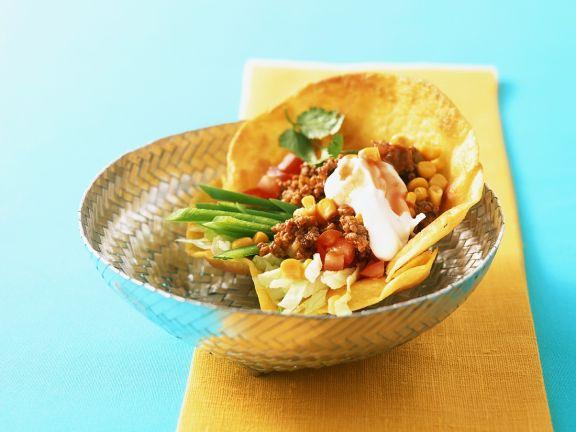 Tortilla-Schale mit Gemüse und Hackfleisch
