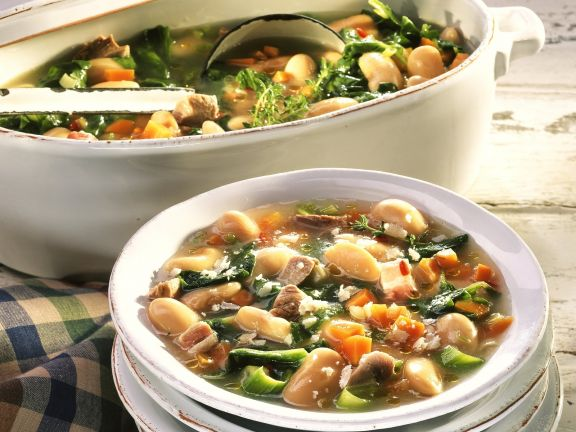 Toskanische Bohnensuppe mit Schweinefleisch