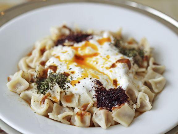 Türkische Teigtaschen mit Joghurtdip (Manti) Rezept | EAT SMARTER