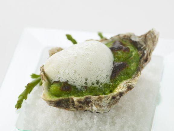 Überbackene Auster mit schaumiger Sojabohnen-Soße