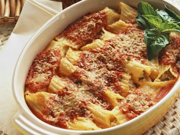 Überbackene Nudeln mit Tomatensoße und Käse