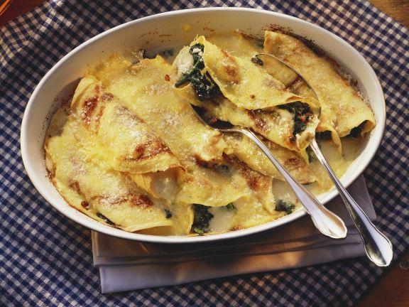 Überbackene Pfannkuchen mit Spinat und Mozzarella gefüllt