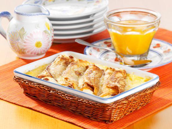 Überbackene Pfannkuchenrollen mit Quarkfüllung und Aprikosensauce