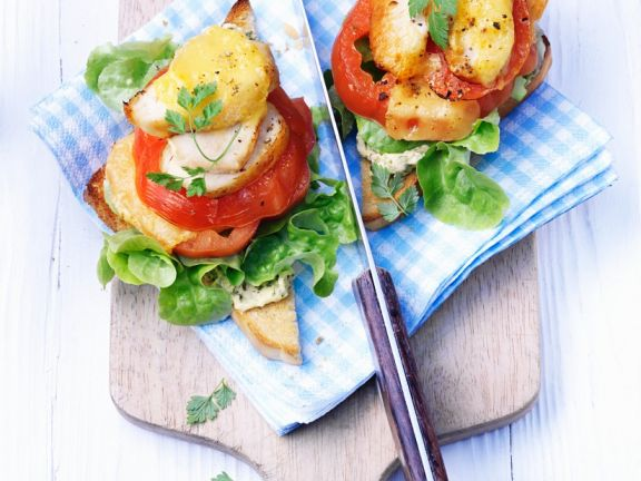 Überbackene Tomaten-Hähnchenbrusttürmchen auf Toast