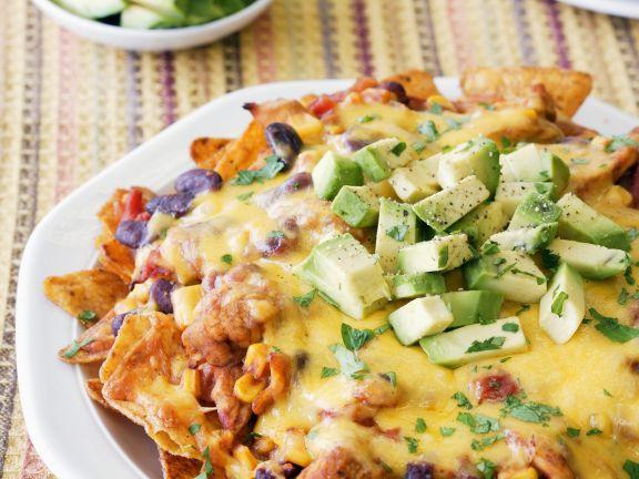 Überbackene Tortilla-Chips mit Hähnchen und Avocado