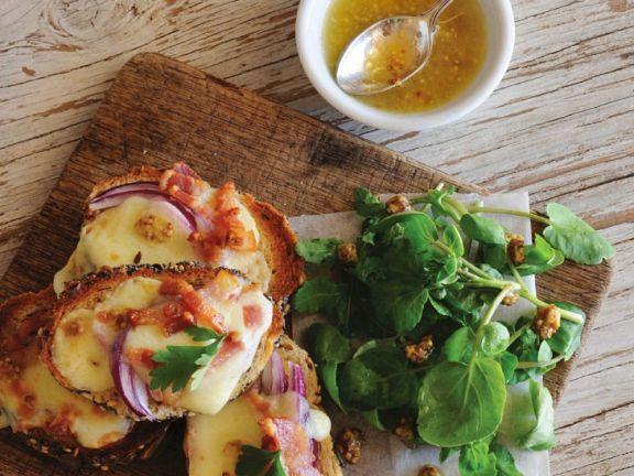 Überbackenes Brot mit Bacon und Käse