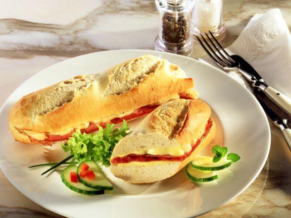 Überbackenes Schinken-Tomaten-Baguette