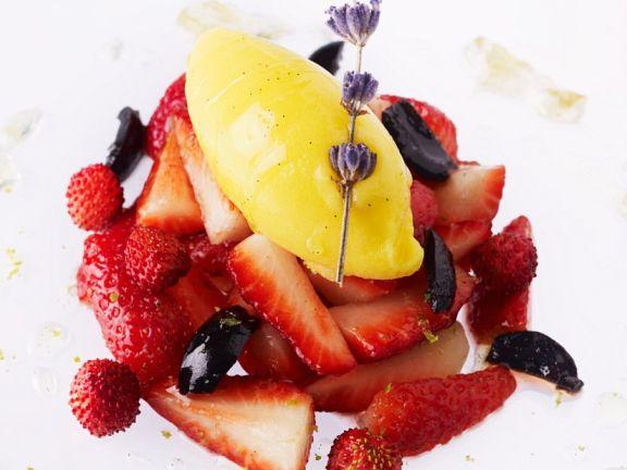 Vanille-Lavendelcreme mit Erdberen und Oliven