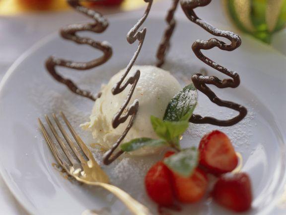 Vanilleeis mit Erdbeeren und Schokoladenbäumchen