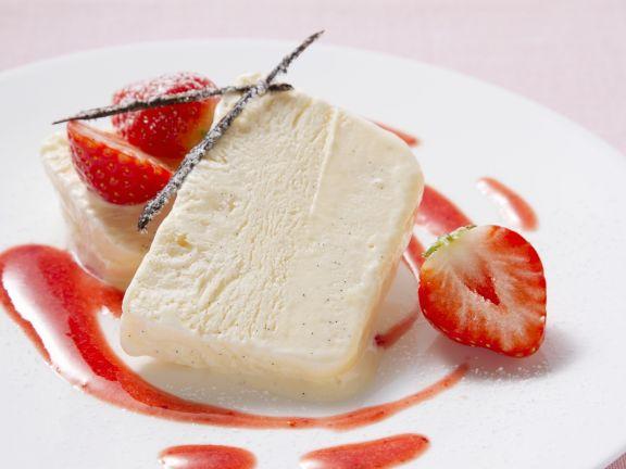 Vanilleparfait mit frischen Erdbeeren