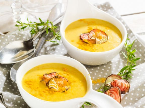 Vegane Kokos-Curry-Suppe mit Gemüsechips