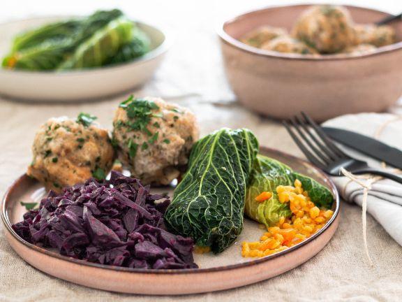 Vegane Wirsingrouladen mit Rotkohl und Semmelknödeln