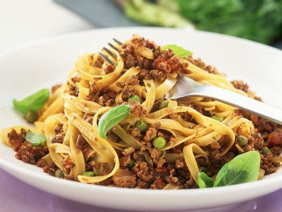 Vegetarische Bolognese mit Nudeln und Erbsen