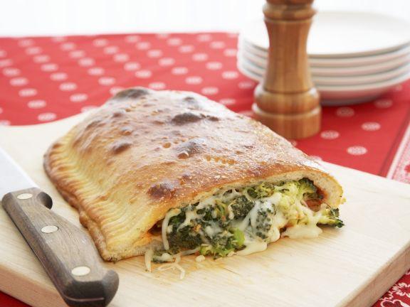 Vegetarische Calzone mit Brokkoli und Käse