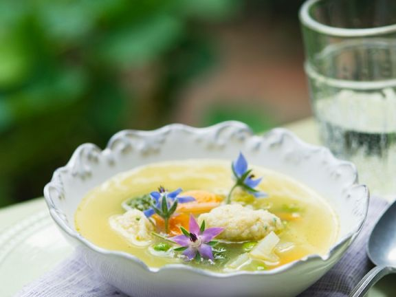 Vegetarische Gemüsesuppe mit Grieß