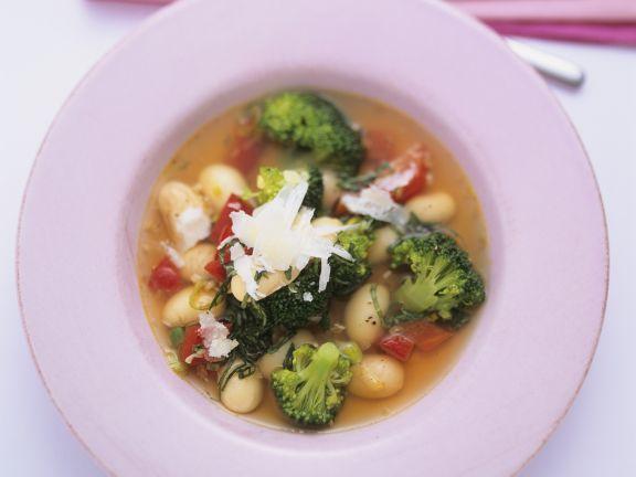 Vegetarische Minestrone mit Brokkoli und Bohnen