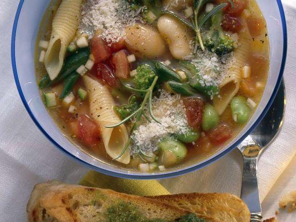 Vegetarische Minestrone mit dicken Bohnen und Nudeln