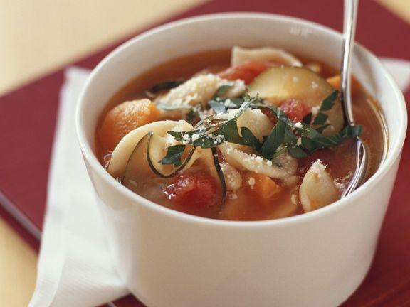 Vegetarische Minestrone mit Kartoffeln, Bohnen und Nudeln