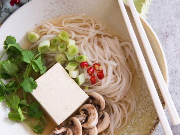 Vegetarische Nudelsuppe mit Tofu