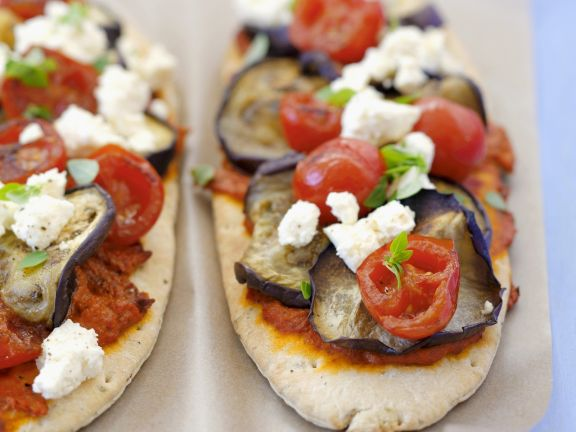 Vegetarische Pizza mit Auberginen, Tomaten und Feta