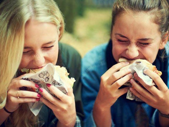 Zwei Mädchen essen Burger