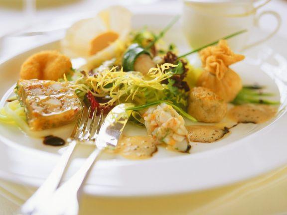Verschiedene Flußkrebsspeisen mit Salat